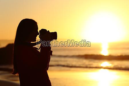 fotograf fotografiert sonne mit dslr