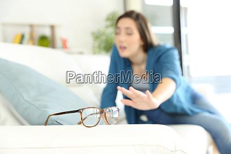 frau mit sehproblem suche brille