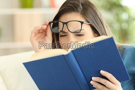 frau leidet augenzug beim lesen eines