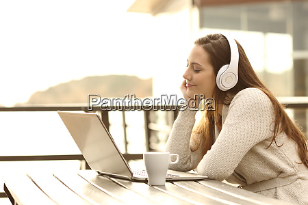 maedchen hoeren musik und entspannen