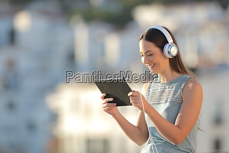 frau beobachtet medien in einem tablet