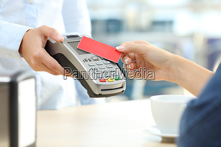 maedchen bezahlen mit kontaktloser kreditkarte reader