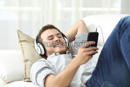 gluecklicher mann der zu hause musik