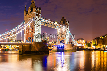 london tower bridge mit downtown gebaeude