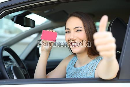 gluecklicher fahrer mit karte oder fuehrerschein