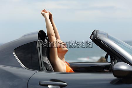froehliche touristen geniessen einen road trip