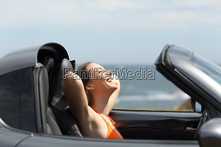 froehlicher autofahrer in sommerferien