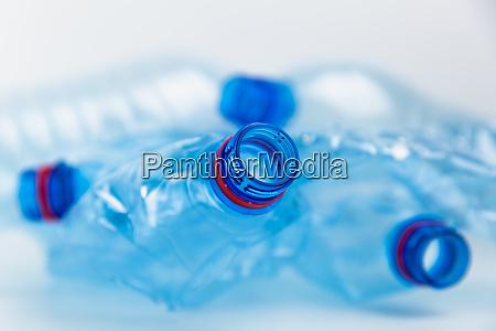 zusammensetzung mit kunststoffflaschen aus mineralwasser kunststoffabfaelle