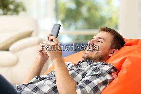 entspannter mann mit einem smartphone