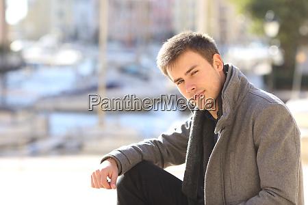 junge stattliche mann portraet