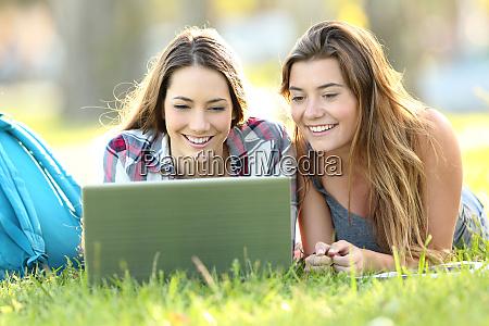 zwei studenten beobachten online inhalte mit
