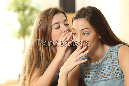 veraergertes maedchen weil ein freund geheimnisse