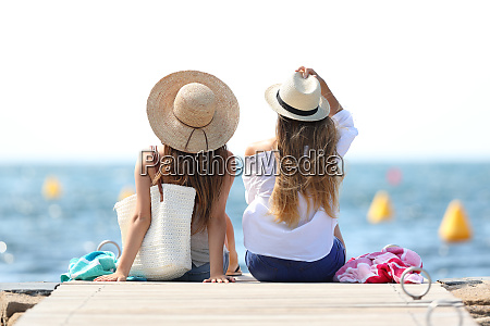 touristen geniessen sommerurlaub am strand