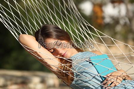 gluecklich entspannte frau schlafend im urlaub