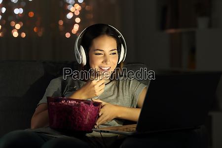 frau schaut online tv in der
