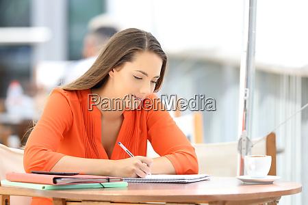 student in einem cafe notizen machen