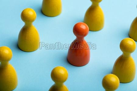 arrangement von gelben und roten bauern