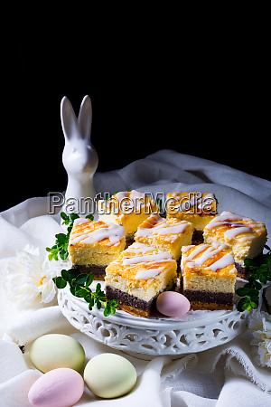 leckerer osterkohnenkuchen mit weisser glasur