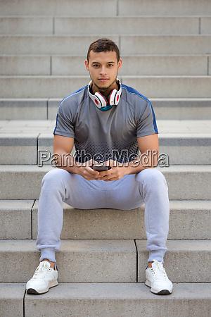 hoeren von musik junge latin mann