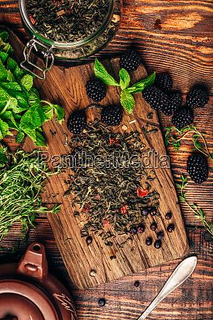 gruener tee mit blackberry mint und