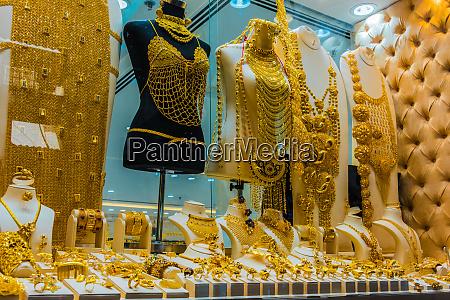 schaufenster eines juweliergeschaefts in dubai gold