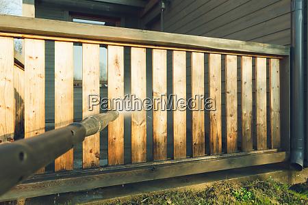 mann reinigung terrasse mit einer stromreiniger