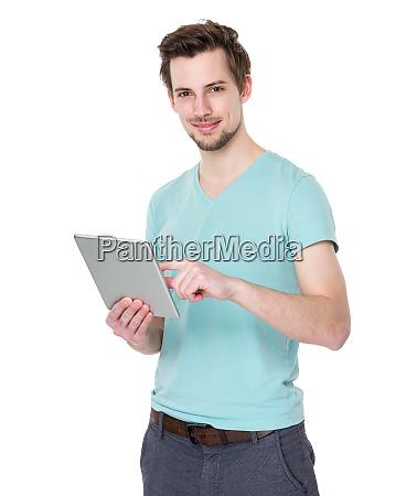 kaukasischer mann verwendung von tablette