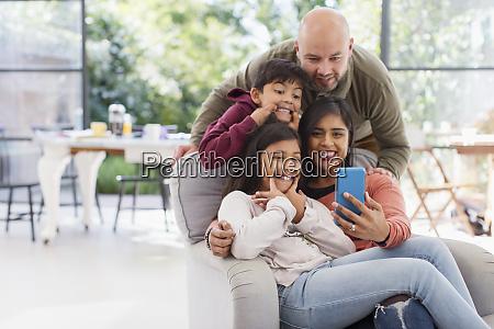 spielerische familie nimmt selfie mit kamera