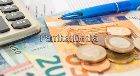 ein rechner mit euro scheinen und