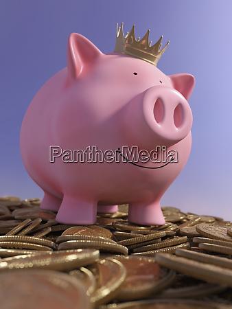 glueckliches sparschwein auf dem haufen von