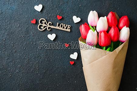 bouquet von tulpen und dekorativen schluessel