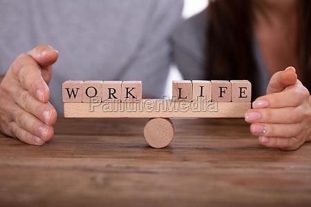 paar schuetzt arbeit und lebensbalance auf