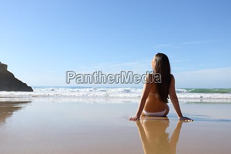 frau im urlaub im strandurlaub
