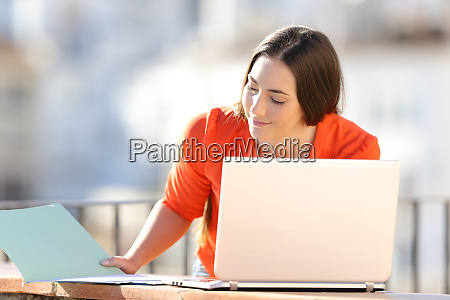 self employed works online with laptop