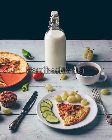 gesundes fruehstueck mit frittata tasse kaffee
