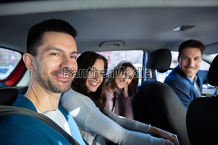 laechelnde menschen sitzen im auto