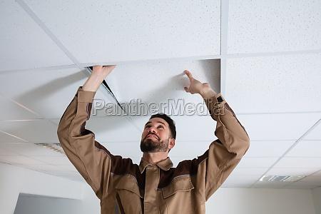 elektriker installieren decke