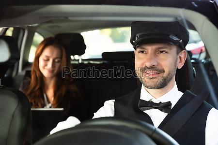 nahaufnahme von happy male chauffeur fahren
