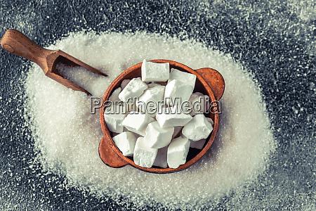 klumpen und granulierter raffinierter zucker