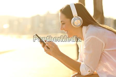 glueckliches maedchen das musik hoert laedt