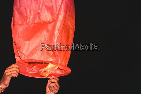 heissluft gasballon ueberkippt in diwali festival