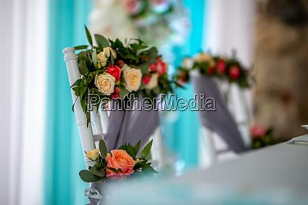 strauss von rosen auf dem stuhl