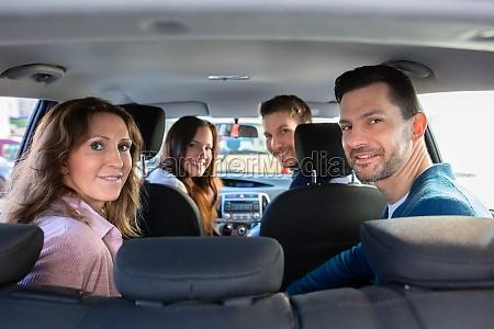 menschen die im auto sitzen