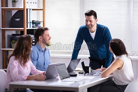 geschaeftsleute die waehrend der besprechung im