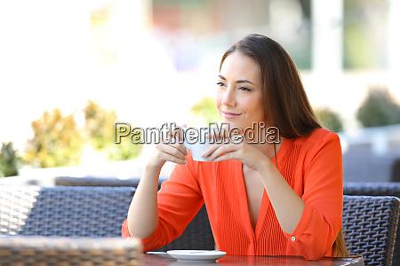 nachdenkliche frau entspannen kaffee trinken in