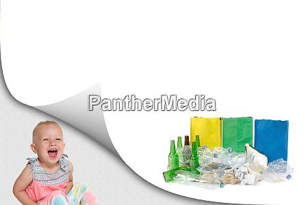 lachendes kleinkind maedchen und sortiertes abfallkonzept