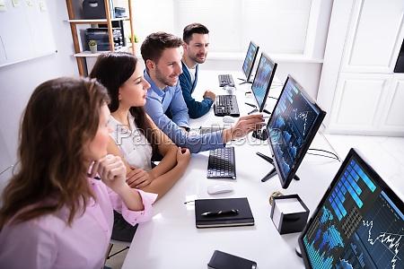 boersenmakler analysieren graph auf dem computer
