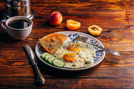 fruehstueckstoast mit gebratenen eiern mit gemuese