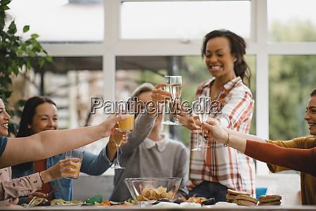 freunde feiern gemeinsam