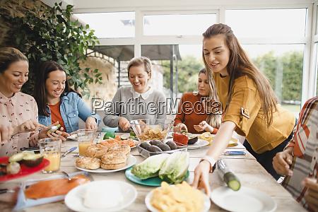 kleine gruppe von freundinnen bereitet ein